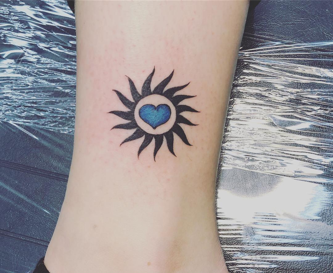 虞小姐脚踝爱心太阳图腾纹身图案
